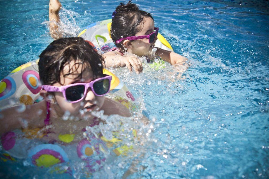 夏のプールで遊ぶこどもたち