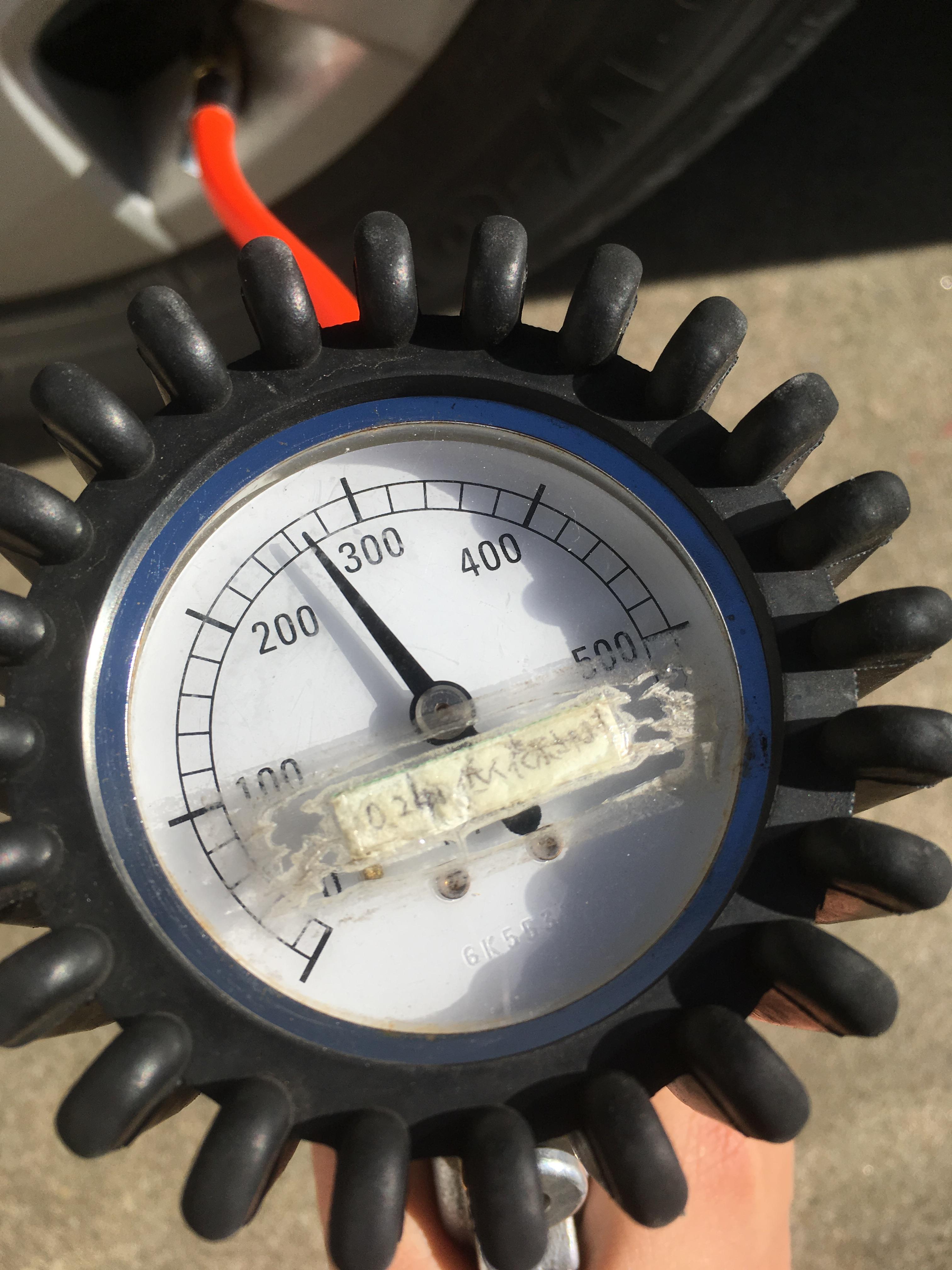 タイヤの空気入れる機械目盛り