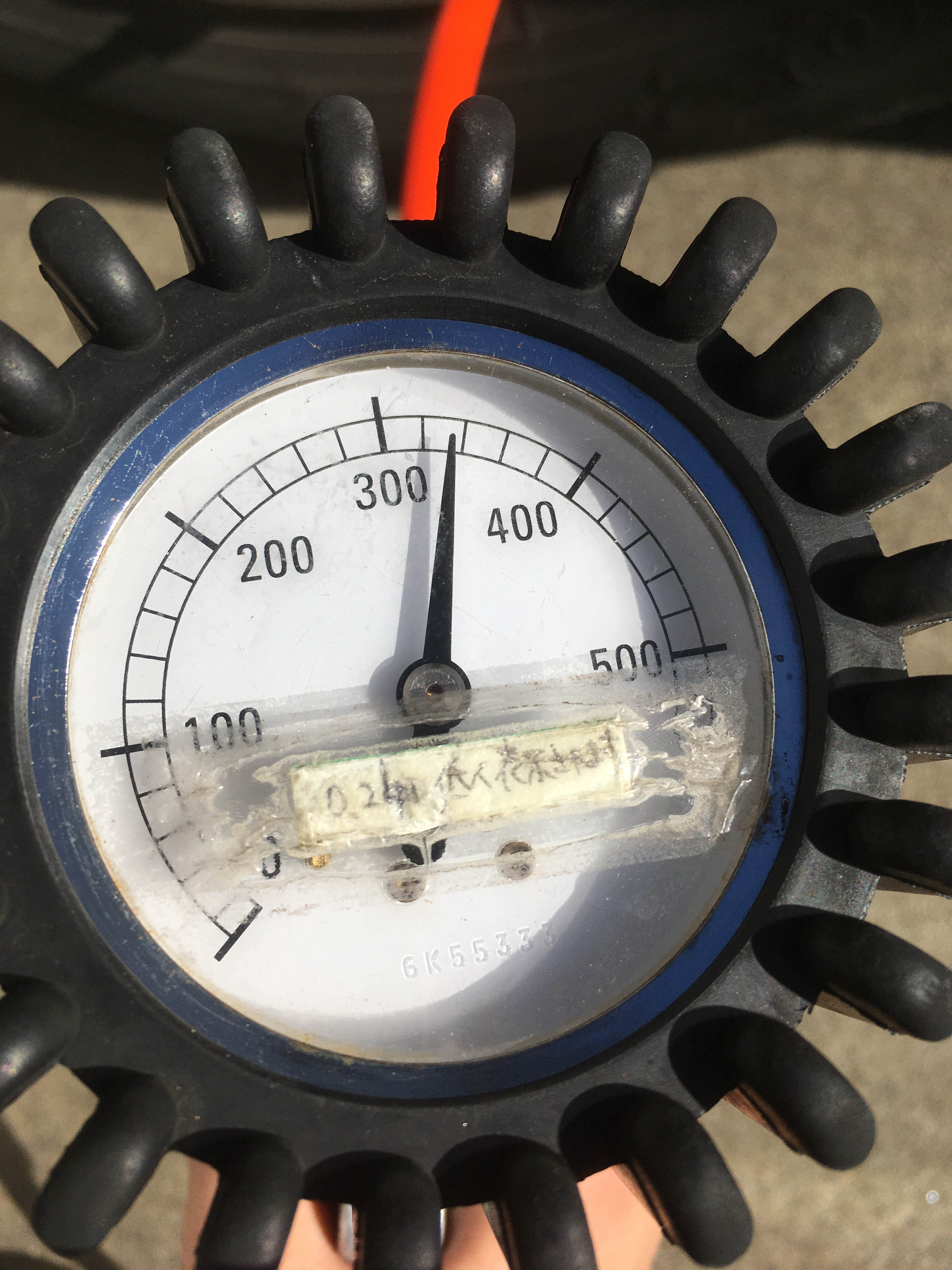 タイヤの空気入れる機械の目盛り 前輪
