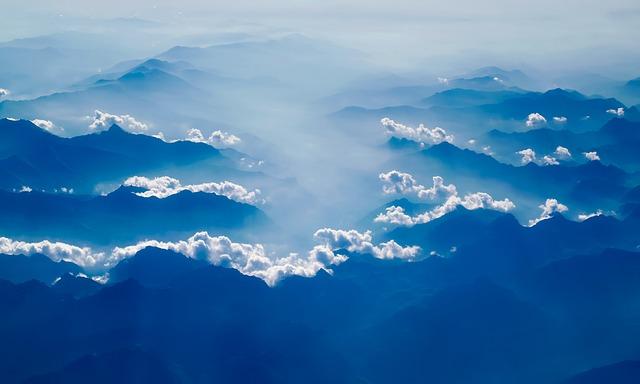 雨雲にも触れる高さの山々